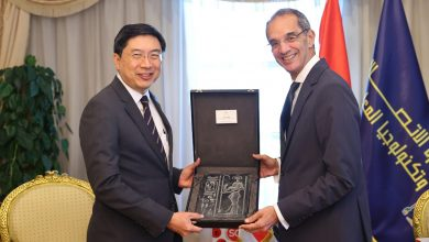"""صورة وزير الاتصالات  يبحث  مع سفير سنغافورة  تعزيز التعاون بين البلدين في مجال  """"تكنولوجيًا المعلومات"""""""